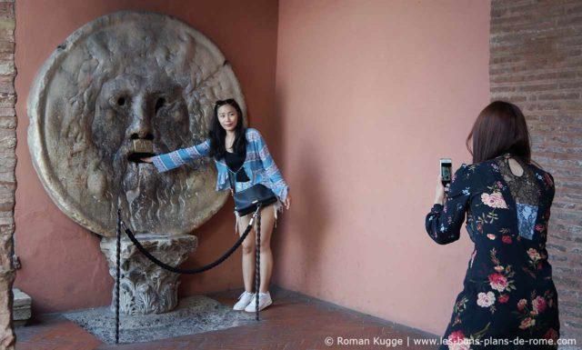 Bouche de la Vérité Rome touriste photo