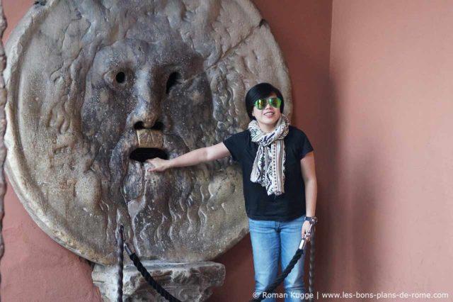 Bouche de la Verite touriste japonais heureux