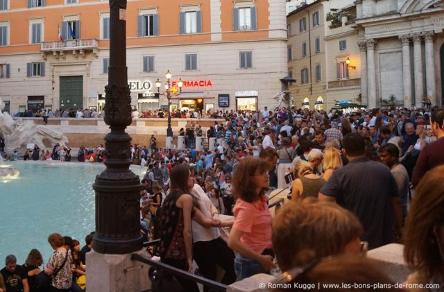 Pickpockets à Rome Foule Fontaine Trevi