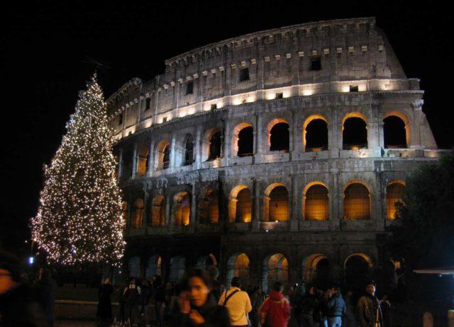 Sapin de Noël devant le Colisée à Rome