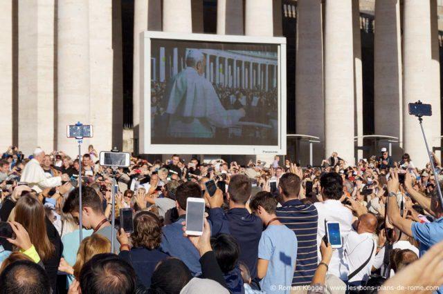 Écran place Saint-Pierre audiences papales