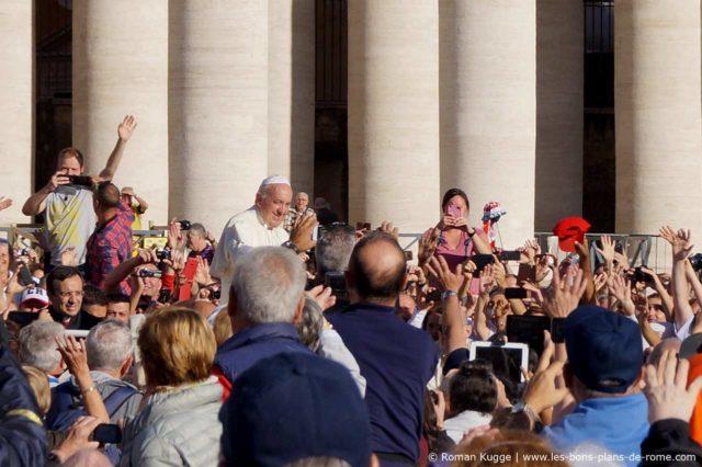 Le Pape lors d'une audience sur la place Saint-Pierre